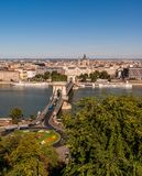 在蓝色多瑙河的铁锁式桥梁在市布达佩斯 库存照片