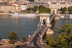 在蓝色多瑙河的铁锁式桥梁在市Budapes 库存照片
