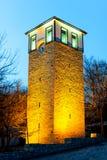 在蓝色夜时间的钟楼在番红花城Karabuk土耳其 库存图片
