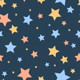 在蓝色夜空逗人喜爱的幼稚无缝的样式,传染媒介的五颜六色的简单的星 皇族释放例证