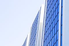 在蓝色大厦边反射的蓝天 库存图片