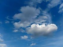 在蓝色天空2的云彩 库存图片