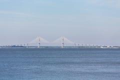 在蓝色天际的白色吊桥 免版税库存照片