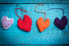 在蓝色委员会的五颜六色的被编织的心脏 库存图片