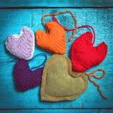 在蓝色委员会的五颜六色的被编织的心脏 库存照片