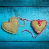 在蓝色委员会的五颜六色的被编织的心脏 图库摄影
