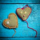 在蓝色委员会的五颜六色的被编织的心脏 免版税库存照片