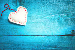 在蓝色委员会的白色心脏 图库摄影