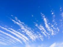 在蓝色宽天空的线性云彩 免版税库存图片