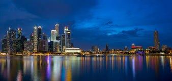 在蓝色小时全景的新加坡地平线 图库摄影