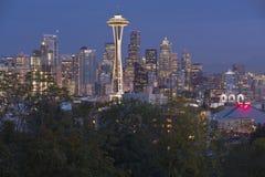 在蓝色小时华盛顿州的西雅图地平线 库存图片