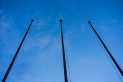 在蓝色小时夜摘要建筑学的空的旗子岗位低角度视图 库存图片