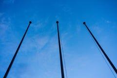 在蓝色小时夜摘要建筑学的空的旗子岗位低角度视图 库存照片