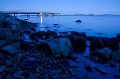 在蓝色小时,一个码头, BC 免版税图库摄影