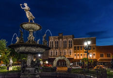 在蓝色小时,喷泉在Bowling Green ` s镇中心 免版税库存图片