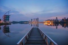 在蓝色小时,在一个湖的一只跳船 免版税库存图片