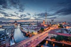 在蓝色小时,德国,柏林地平线全景在微明下 免版税库存照片