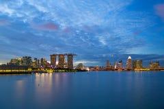 在蓝色小时,新加坡Entetainment区城市地平线 免版税图库摄影