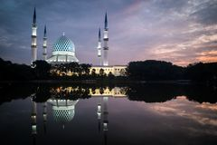 在蓝色小时,有反射的蓝色清真寺在湖 库存图片