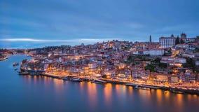 在蓝色小时,波尔图Ribeira和杜罗河河 免版税库存照片