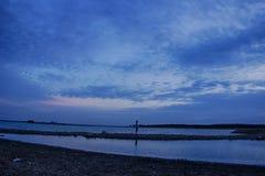 在蓝色小时,湖 免版税图库摄影