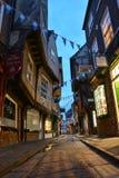 在蓝色小时,著名街道摇晃不稳在约克 免版税库存图片