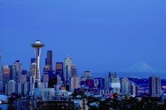 在蓝色小时,西雅图地平线 库存照片