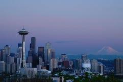 在蓝色小时,西雅图地平线 免版税库存图片