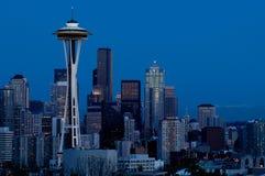 在蓝色小时,西雅图地平线 库存图片