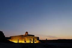 在蓝色小时,巴林堡垒古老房间  免版税库存照片