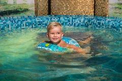 在蓝色小水池的好的儿童游泳 库存照片