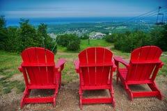 在蓝色山区度假村和村庄的Muskoka椅子在Collingwoo 库存图片