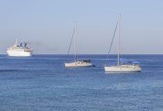 在蓝色干净的自然海的三条小船运输的 免版税库存照片