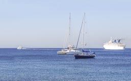 在蓝色干净的自然海的几条小船运输的 免版税库存照片