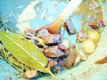 在蓝色平底锅的可口牛肉村镇炖煮的食物 库存照片