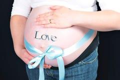 在蓝色弓孕妇附近 免版税库存图片