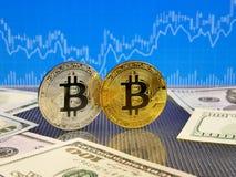 在蓝色抽象财务背景的金黄和银色bitcoin Bitcoin cryptocurrency 库存照片