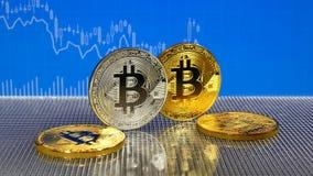 在蓝色抽象财务背景的金黄和银色bitcoin Bitcoin cryptocurrency 库存例证