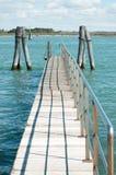 在蓝色拉古纳水的小桥梁 免版税库存图片