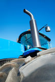 在蓝色拖拉机关闭的轮胎 免版税库存图片