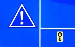 在蓝色拖拉机的注意蓝色三角标志 库存图片