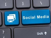 在蓝色按钮的社会媒介在键盘 免版税库存图片