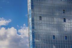 在蓝色摩天大楼办公楼的被打开的窗口 免版税库存图片