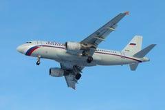 在蓝色无云的天空的空中客车A319 114 VP-BIU航空公司俄罗斯特写镜头 免版税库存照片