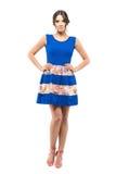 在蓝色无袖的夏天短小礼服的确信的华美的被晒黑的秀丽 库存图片