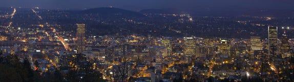 在蓝色时数的波特兰俄勒冈街市都市风景 库存照片