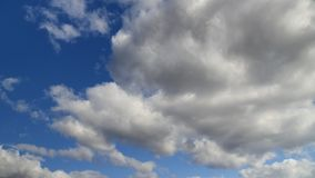 在蓝色春天天空的云彩 股票视频