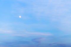 在蓝色晚上天空的白色月亮 库存图片