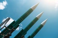 在蓝色晴朗的天空背景的弹道导弹,反飞机力量,军事产业 战争和和平概念 图库摄影