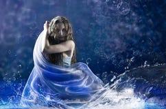 在蓝色服装的女孩舞蹈 免版税图库摄影